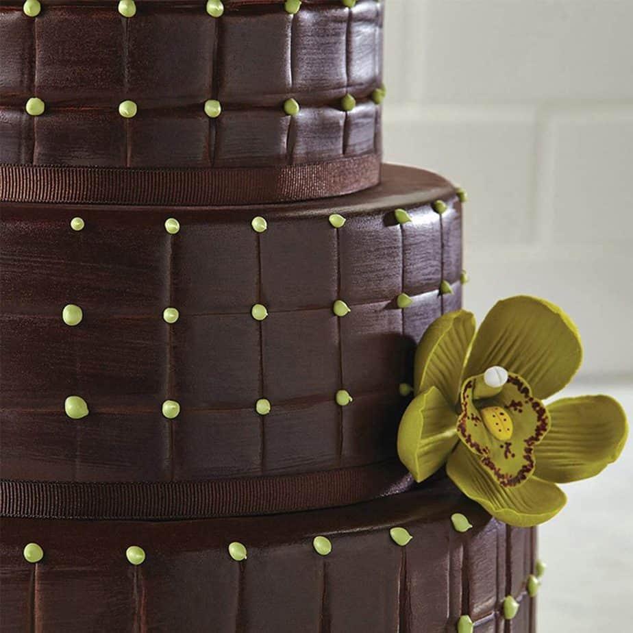 Tarta fondant de chocolate con flor verde