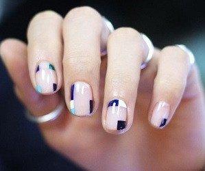 Con formas geométricas azules, blancas y celestes