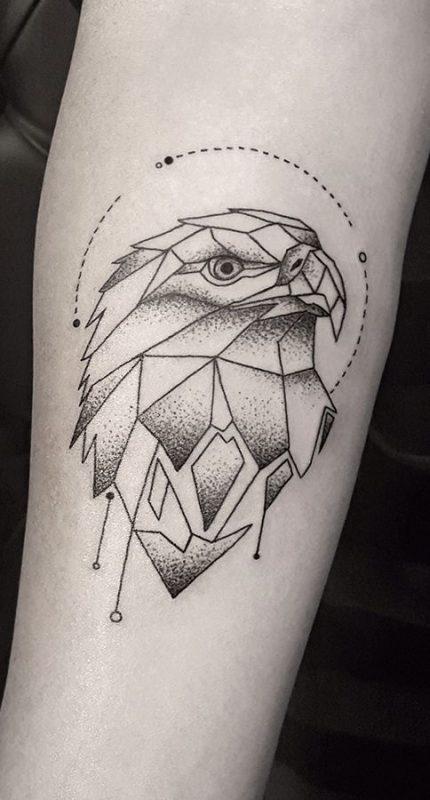 tatuajes Buho realizado con poligonos geométricos antebrazo