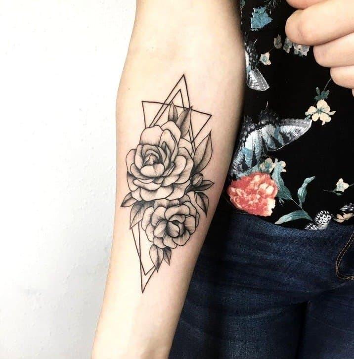 antebrazo Tatuaje de rosas entre triángulos